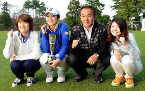 女子プロゴルファー・渡辺彩香の家族構成(両親・兄弟画像)妹も母親似でかわいい